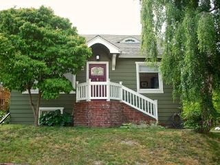 Large Craftsman home 1 block from Greenlake!, Seattle