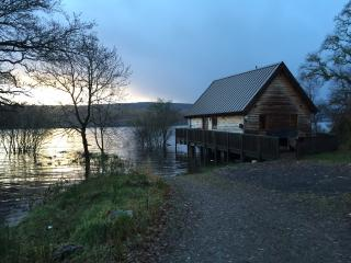 Luxury Lochside Log Cabin with Hot Tub