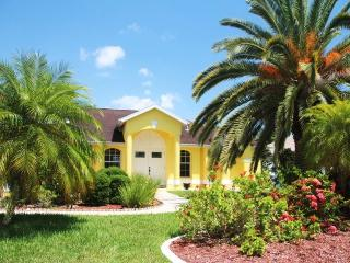 Villa Royal Palms Garden-Gulf access, heated pool, Cape Coral