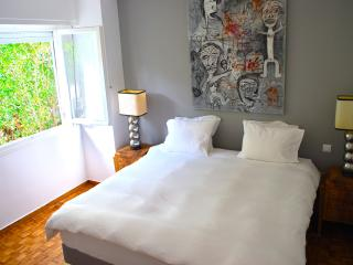 Lovely 2 bedroοm apt. Great location. Sleeps 5, Athens