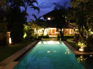 Villa Poppy - Pool & House at Night