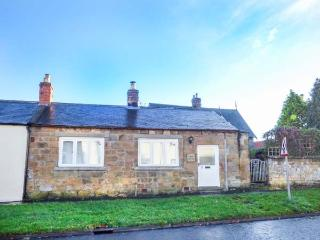 CLOVER COTTAGE, all ground floor, private garden, pet-friendly, WiFi, woodburner, Belford, Ref 919088