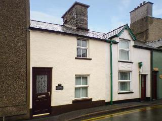 CILDYDD, terraced cottage, enclosed courtyard, pet-friendly, in Bala, Ref 924906
