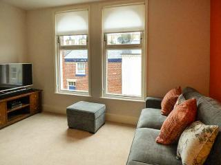 SCHOOL HOUSE, mid-terrace, pet-friendly, in old town, Scarborough, Ref 926032
