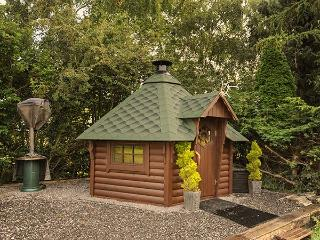ROSE COTTAGE, modern holiday home with pretty views, multi-fuel stove, luxury fi