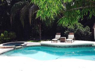 Tropical pool house in heart of Sarasota