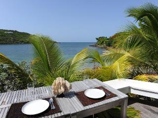 True Beachfront, Ideal for Couples, Jacuzzi, Short Drive to Restaurants & More., Marigot