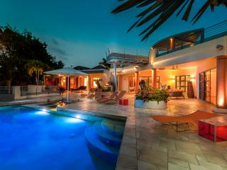 Blue Palm - Ideal for Couples and Families, Beautiful Pool and Beach