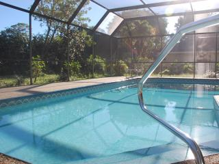 3 Bed pool home close to beach, downtown, golf, Nápoles