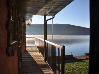 Lakefront 3 Bedroom - Unbeatable Waterfront Deck, Greenwood Lake