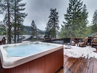 Lovely cabin across from Donner Lake w/hot tub & great views, Truckee