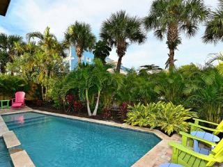 HOT DEALS 2 BLOCKS TO THE BEACH 2 BLOCKS FROM MAIN ST.  SLEEPS 14