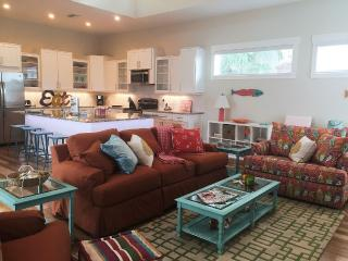 NEW 6 BEDROOMS, MINUTE FROM BEACH, SLEEPS 14, Bradenton Beach