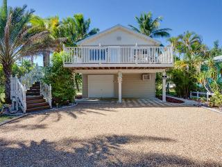 Beach Hideaway Upper Level, 2 blocks from beach, Sleeps 6, WIFI, Fort Myers Beach