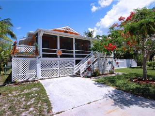 Sunkissed Cottage Lower Level, 1 Bedroom, Walk to Gulf, WiFi, Sleeps 2, Fort Myers Beach