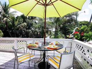 Sunkissed Cottage, 3 Bedrooms, Walk to Gulf, WiFi, Sleeps 8, Fort Myers Beach