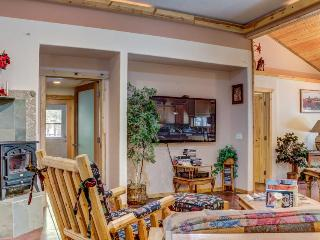 Mountain view, dog-friendly unit with a shared hot tub!, La Pine