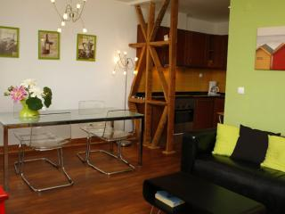 Mãe de Agua apartment in Bairro Alto with WiFi & air conditioning.