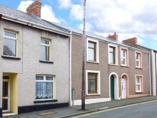 MARINA VIEW comfortable cottage in town centre, sea views, four poster bed in Milford Haven Ref 929132