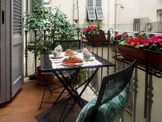 Perfect Historic Center Location-Balcony-Quiet-Walk Everywhere-Elevator-Strozzi
