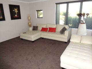 Spacious Beach House with free WIFI, Perth
