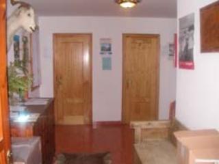Entrada a Casa Marcial-Cada apartamento tiene su trastero.
