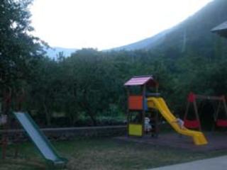 Zona infantil en el jardin de la parte de atras-Desde el apartamento se pueden ver.