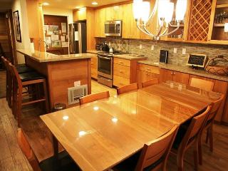 Completely Remodeled 3 Bed/3 Bath Slopeside, Across St from Canyon, WiFi, Mammoth Lakes