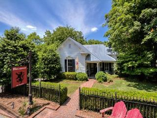 2BR/2BA Brigadoon: Stunning Cottage in the Center of Leiper's Fork