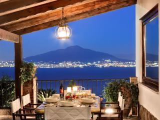Stunning apartment with garden and sea views for 6, Sorrento