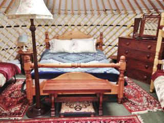 King-size bed in yurt Bronwyn.