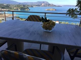 Spacious apt great sea view,2 bedrooms, wifi,bbq,5 min walk to Plaka,800mt beach