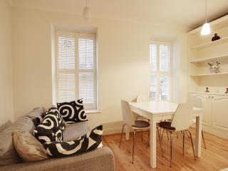 NEW LUXURIOUS LARGE MAINSONETTE - HEART OF TOWN, Londres