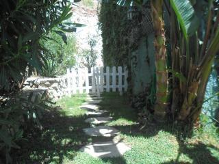 Jardín entrada apto.