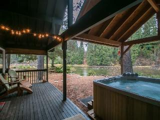 Serendipity on the Wenatchee River, Private Hot Tub , Wi-Fi and Cable TV