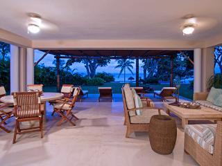 Beachfront Spacious Resort Condo, Beach Club, Concierge, Maid Service, Free Wifi