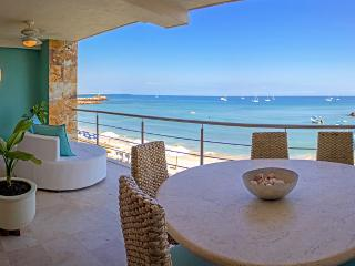 Beachfront Condo - Shared Pool & Jacuzzi, Walk to Restaurants/Shops, AC, WIFI