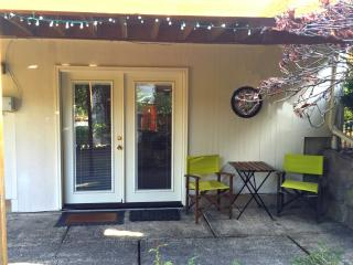 MID-CENTURY 1Bd/1Ba WITH PINBALL & OUTDOOR BBQ!!