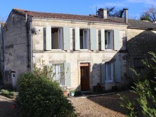 The Farmhouse: Large gite & pool in pretty village, Dampierre-sur-Boutonne