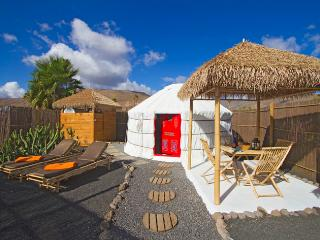 Eco Palm Yurt with Sea views, Solar Pool, Sandy Beach, Play Park, WIFI, Garden