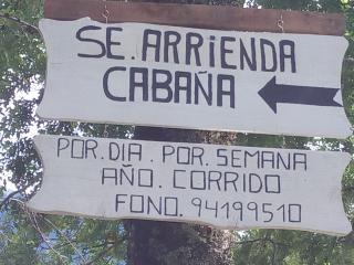 Asi se ve el letrero desde la calle donde se encuentra la cabaña