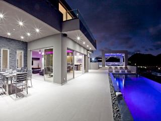 Spacious modern 3 bedroom villa with gym, jacuzzi and view over Orient Bay