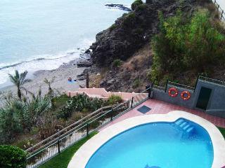 LOCATED ON THE BEACH! Pool, wifi, communal jacuzzi, Benalmádena