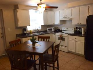 Beautiful 1/1cottage in The Blue House, Guesthouse, Fort Lauderdale
