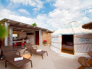 Eco Chico Yurt, 300mt to Beach, Solar Heated Pool, Eco Village, Hen House, Park.
