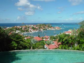 Short walk to the shops & restaurants in Gustavia