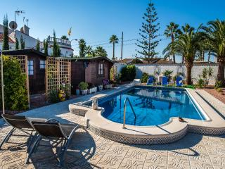 Chalet with private pool / garden / WiFi,, Torrevieja