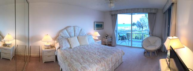 Main bedroom with sea view and access to balcony