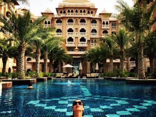 2 BD pluc maids Full Sea View with private Beach!, Dubái