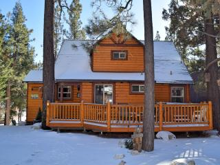Bear Hug Hideaway! Spa! Wifi! Mtn Views! Foosball!, Big Bear Lake